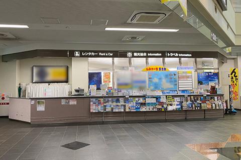 宮古空港の右手にあるレンタカー受付カウンター